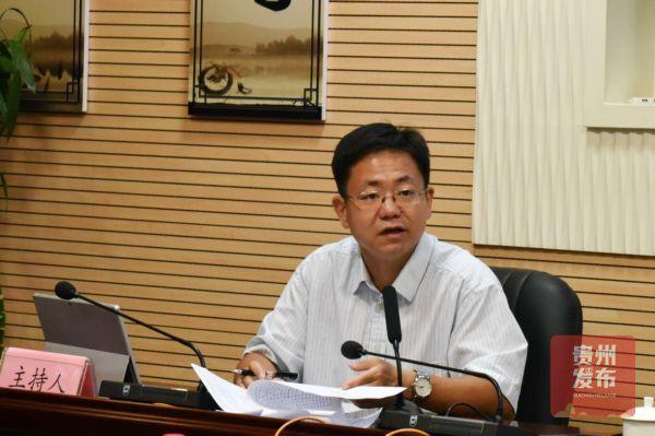 年会新闻中心负责人陆海峰主持本次新闻通气会